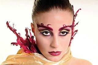помогает подчеркнуть женственность и нежность.  Но в ночь на Хэллоуин нужно перевернуть и свои...  Легкий макияж.