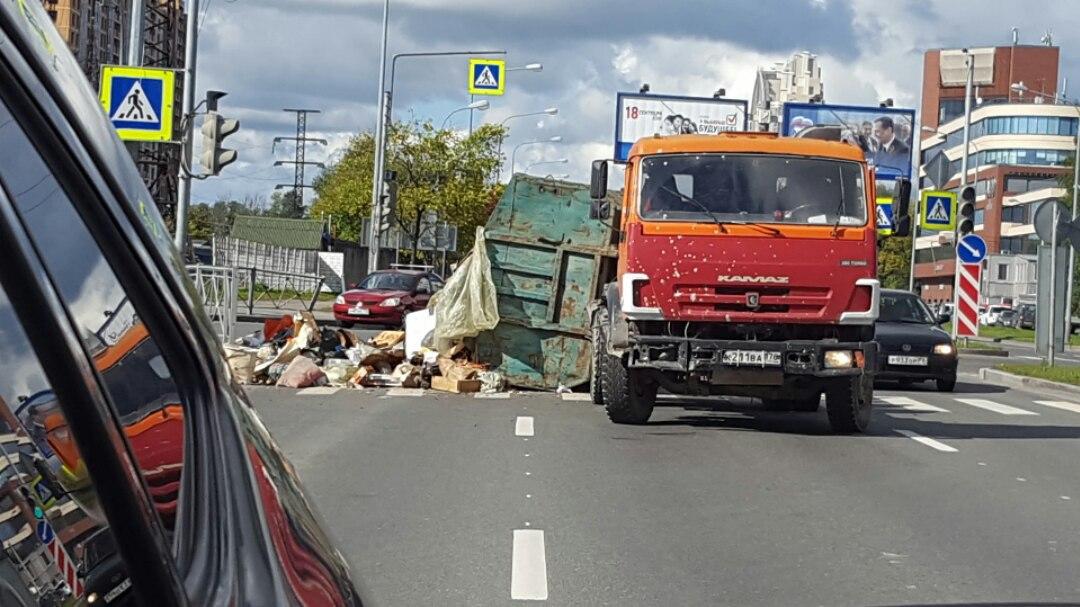 ВКалининском районе Петербурга мусоровоз потерял подороге контейнер