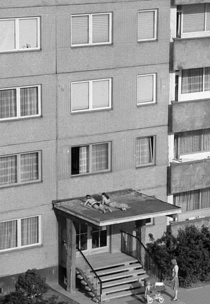 Солярий на козырьке дома 1980-e гг.