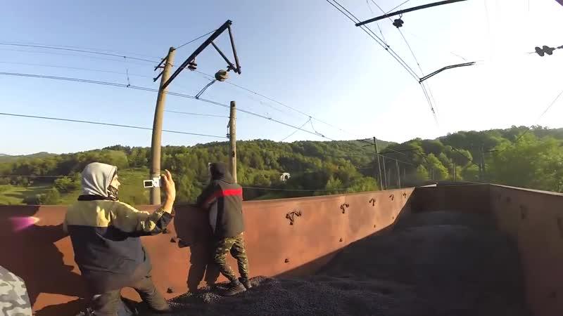 На товарном поезде через Горы. Прячемся от ОХРАНЫ С АВТОМАТАМИ и СОБАКАМИ Проезжаем через тоннели