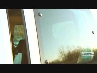 Faites attention à vous lorsque vous changez une roue au bord de la route !.mp4