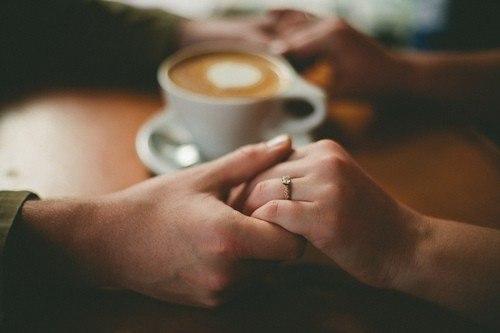 Любите тех, кто просто рядом, Кто не посмеет изменить, Кто согревает теплым взглядом, Кто просто помогает жить. Важнее в жизни ведь, не вид, Обманчив часто он бывает, Не то красиво, что блестит, Красиво то, что согревает
