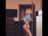Красивая блондинка школьница в трусиках после уроков крутит попой на камеру