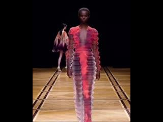 САМОЕ креативное платье на этой недели моды