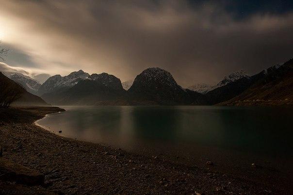 Озеро Искандеркуль, Таджикистан. Автор фото: .  Спокойной ночи!