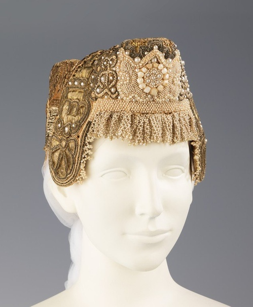 Кокошники XVIII-XIX вв. Некоторые, наверное, сложновато носить, особенно на ветру.
