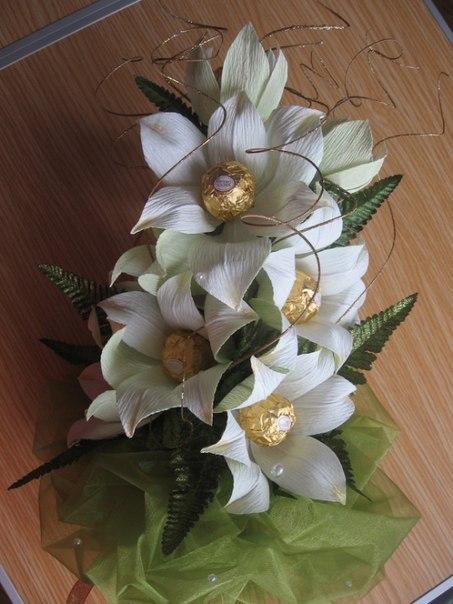 Сделать цветы из гофрированной бумаги с конфетами