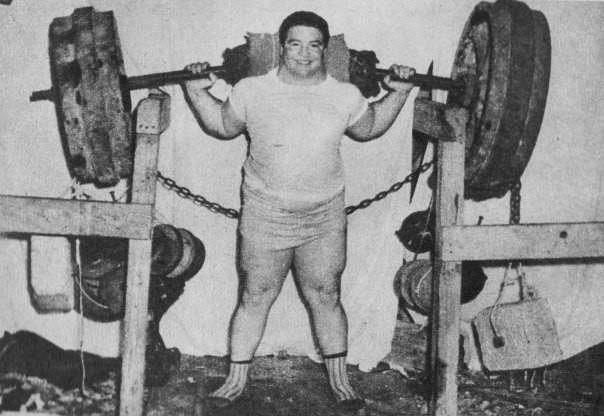 На фото рекордсмен Пол Андерсон поднимает со стоек 2 840 кг. Токкоа, 1957 год
