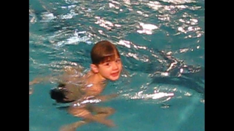 Илья ныряет. (аквапарк)