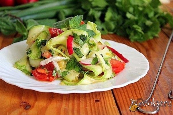 Салат к шашлыку из молодых кабачков Яркий, пикантный салат из летних овощей будет замечательным дополнением к шашлыку!