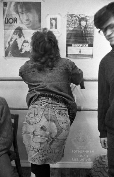 Фанатка наслаждается плакатами с Виктором Цоем на рок-фестивале,