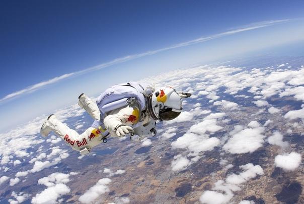 Предел Армстронга - это высота 19200 метров над уровнем моря, где давление падает до такой степени, что кровь в человеческом теле закипает без герметичного
