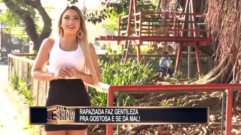 RedeTV! - Garota perde a calcinha na rua e coloca a
