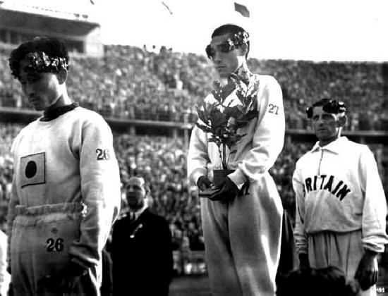 Выступающий за Японию корейский марафонец Сон Ки Джон прикрывает японский флаг на груди Берлин, 1936 #снимки_из_прошлогоP.S. Напомню, что с 1910 года до самого окончания Второй мировой