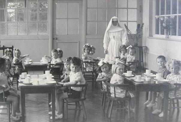 Жуткая реальность ирландских приютов, где скрывали женщин, забеременевших вне брака: история Шейлы Сжимая в руке небольшую сумку с вещами, Шейла ОБрайен (Sheila OBryne) попрощалась с родителями,