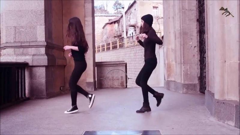 Прекрасный танец симпатичных девушек