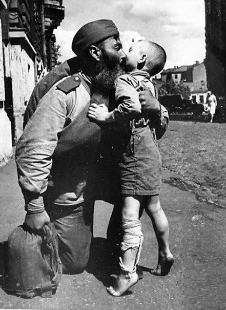 Подвиги нашего народа в послевоенное время На этом фото, солдат, победивший фашизм, вернулся с войны. Он вернулся на разрушенную, выжженную землю. Всё его имущество поместилось в вещмешке. Из