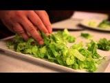 Салат из латука, халлуми и сиропа рожкового дерева