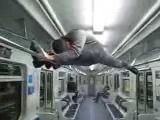 Йога (шпагат) в метро , yoga in the subway (split)