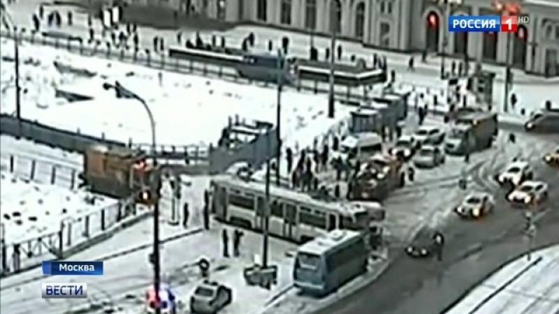 Вести-Москва • На Павелецкой площади грузовик въехал в трамвай