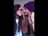 Девочки  целуются перед камерой