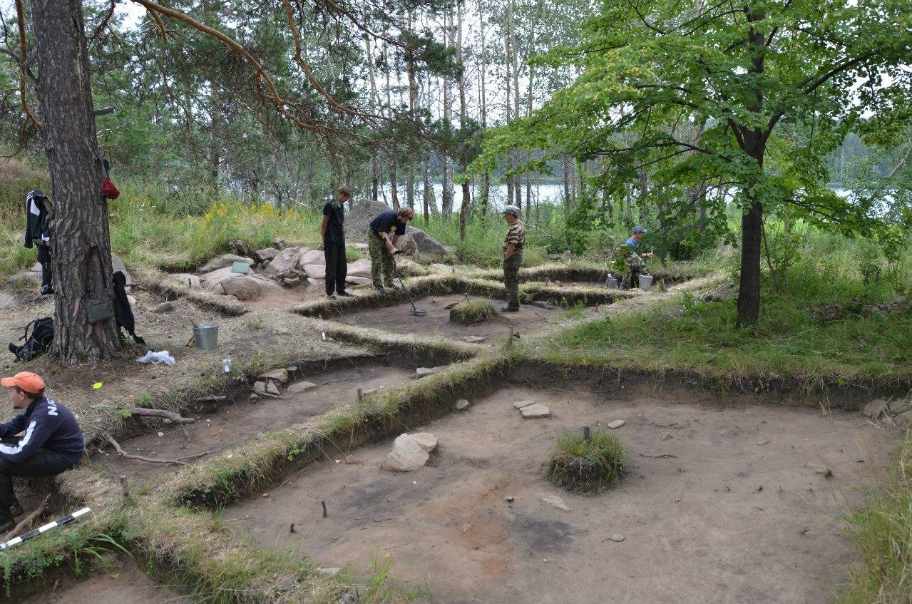 Археологи работают. Раскоп на мысе Кедровом (06.11.2014)