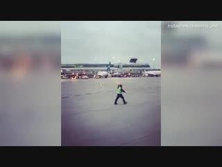 Танцующий работник аэропорта