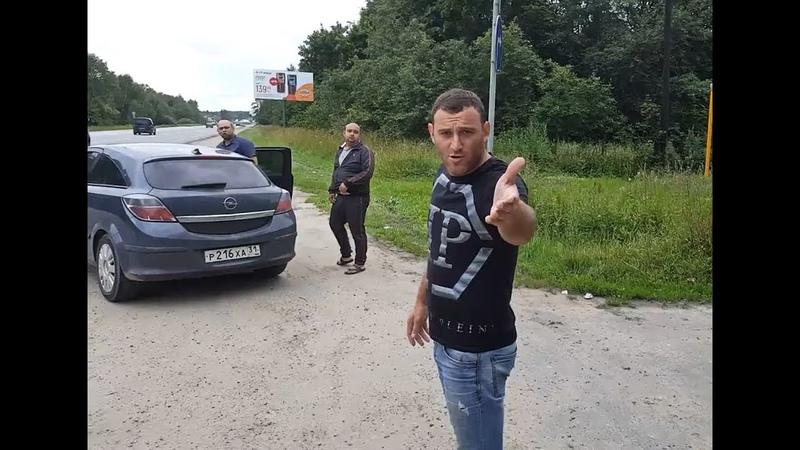 Упёртый парень. Не побоялся, остановился на дороге и потребовал свиней убрать свой мусор
