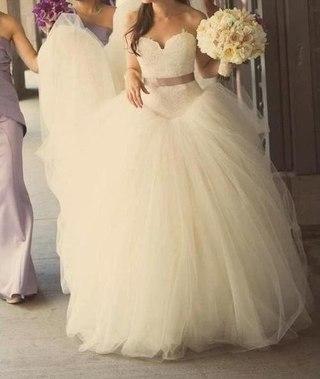 Спина блондинки в свадебном платье