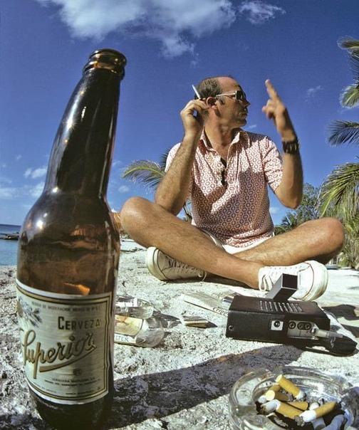Хантер С Томпсон (американский писатель и журналист, основатель гонзо-журналистики, наиболее известен как автор романа «Страх и отвращение в Лас-Вегасе».) отдыхает в Мексике. 1974