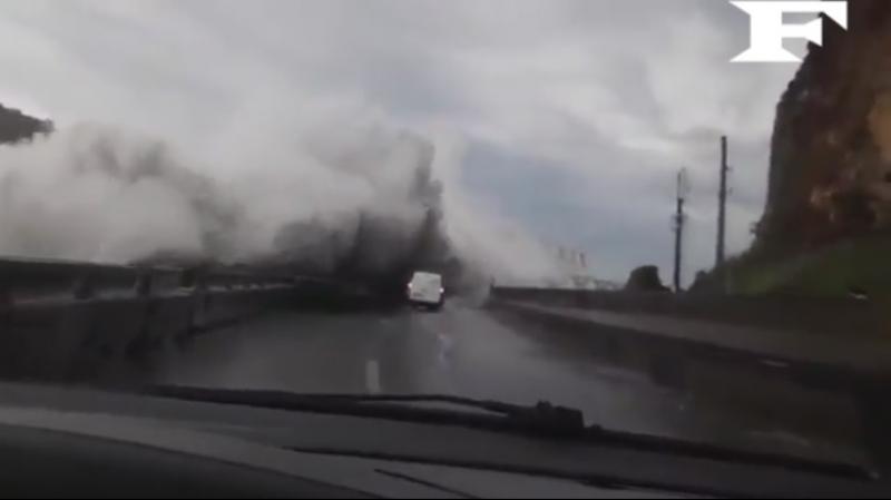 Огромные волны у побережья острова Реюньон в связи с влиянием тропического шторма Факир. 24 апреля 2018 года.