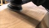 Bau eines Holzkajaks. Lektion 19 Das mit Glas und Epoxid beschichtete Boot schleifen