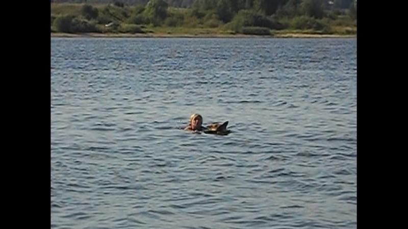 Альме спокойнее плыть, когда я держусь за ее холку