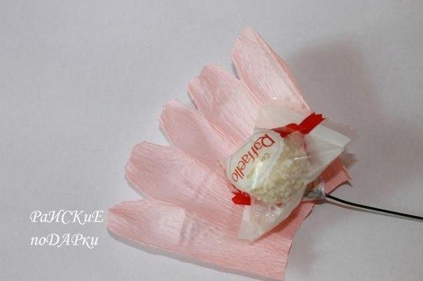 Розы из конфет и гофрированной