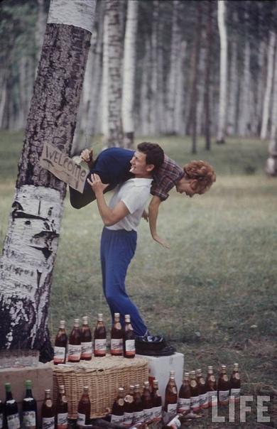 Серия фотографий Билла Эприджа советской молодежи 60-х В ноябре 1967 года на обложке журнала «LIFE» появился снимок из серии «Советская молодежь» («Soviet Youth»). Запечатлены лица, мода, жизнь
