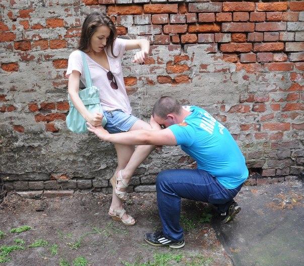 девушка топчет каблукам мужику голову