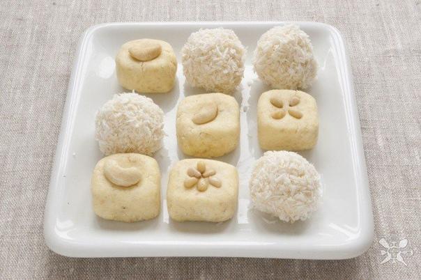 барфи с кокосом и молоком восточная сладость, которая совсем не сложно готовитсянам понадобится:- сливочное масло 60 г(размягченное)- сухое молоко 110 г- сахарная пудра 30 г- сливки 1 ч. л.