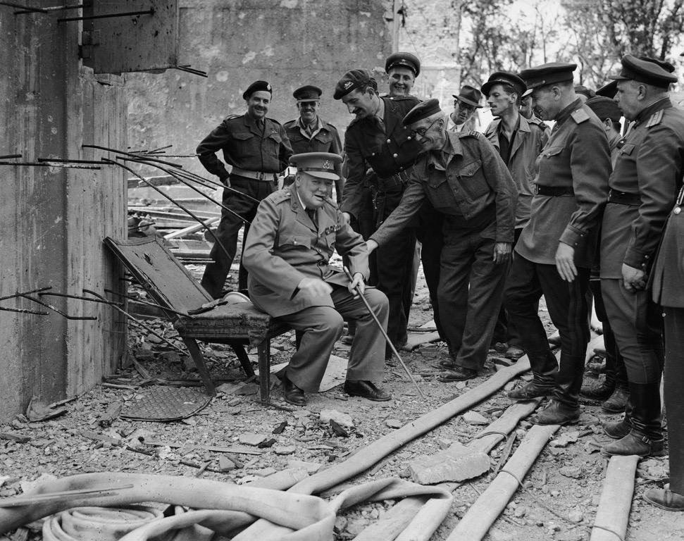 Уинстон Черчилль сидит на том, что осталось от кресла Гитлера в 1945 году