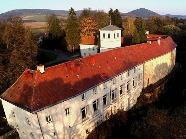 Zamek na Skale Pałac w Trzebieszowicach z lotu ptaka