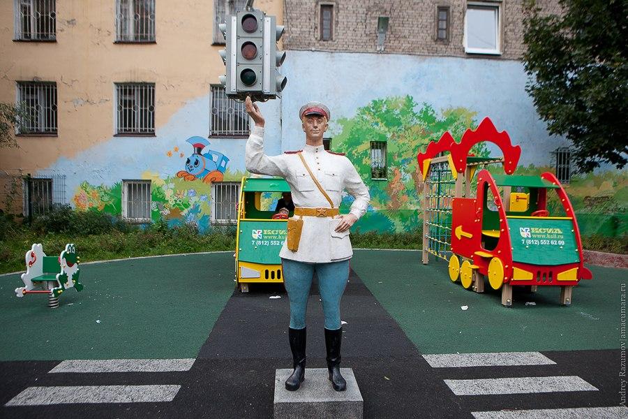 Милиционер во дворе Санкт-Петербурга