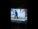 Un journaliste en fait un peu trop sur l'Ouragan Florence, il lutte mais 2 personnes marchent derrière lui tranquille