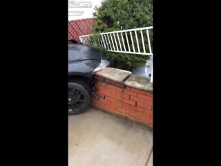 Парень только купил BMW Z4 и решил протестировать ее возможности. Видео прикол