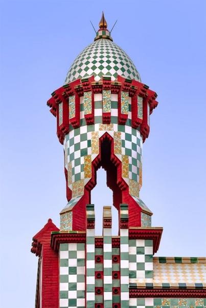 Испанский фотограф запечатлел богатую архитектуру Дома Висенса, построенного Антонио Гауди Невероятные творения Антонио Гауди не перестают восхищать людей по всему миру. Архитектурный фотограф