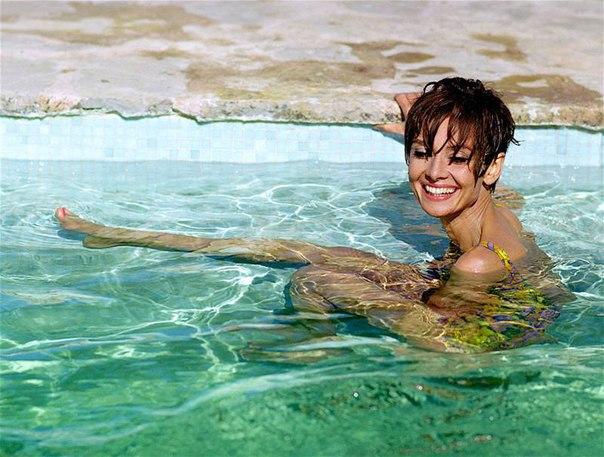 Некоторые факты об Одри Хепберн - Мало кто знает, что: «икона стиля» Одри Хепберн выкуривала по 3 пачки в день.- Размер её любимых балеток был 10,5 43-й по-нашему.- «Happy Birthday» Джону