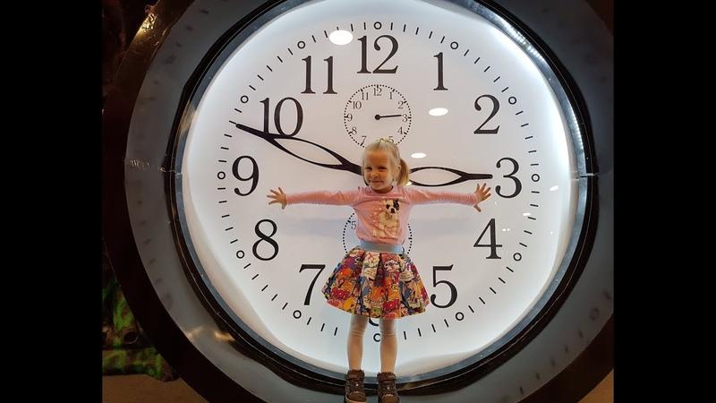 Аня в детском музее гигантских предметов Children's museum of giant toys