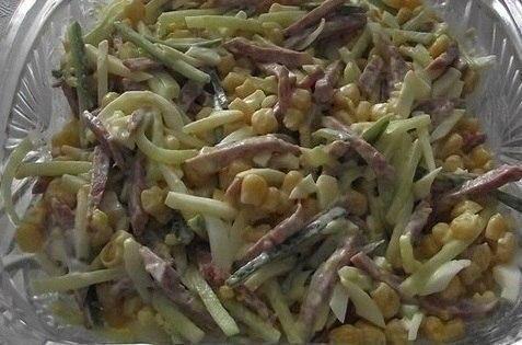 Рецептом этого салата со мной поделилась бабушка. Ничего сложного и замысловатого в приготовлении нет. Самое главное - это заправка. И тут уж дело вкуса.  Ингредиенты: - 1 банка консервированной кукурузы - 300 г копченой колбасы - 2 свежих огурца.