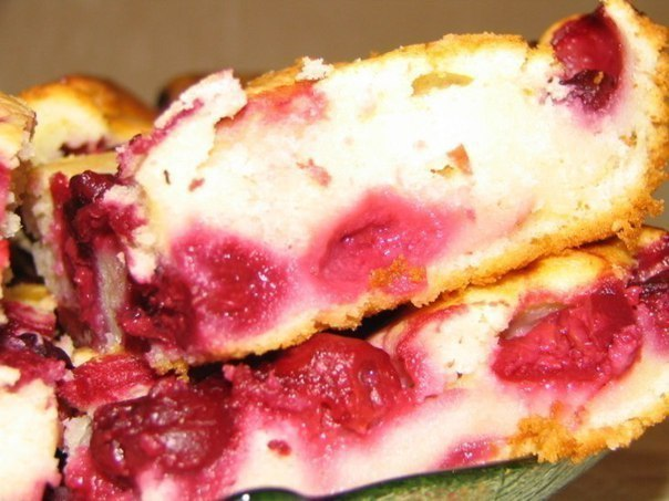 Быстрый пирог с замороженными ягодами Ингредиенты: Для теста: -2 яйца, -1/2