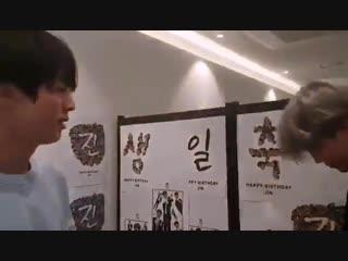 korean_soul - — Джин_ Ты выглядишь как ЧимЧим! — Чимин_ Ты должен открыть свой подарок — Джин_ и как