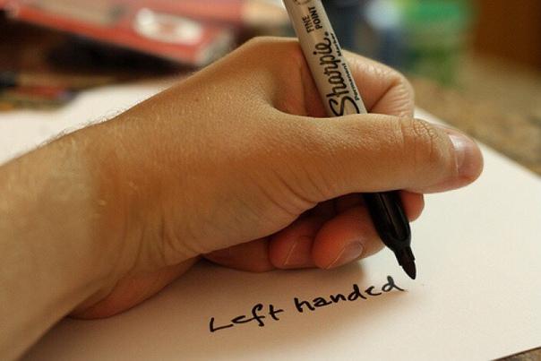 Почему легко научиться писать левой рукой Человеку свойственно неуемное стремление к знаниям и саморазвитию. Видимо, это и толкает многих, даже взрослых людей, учиться писать левой рукой. По