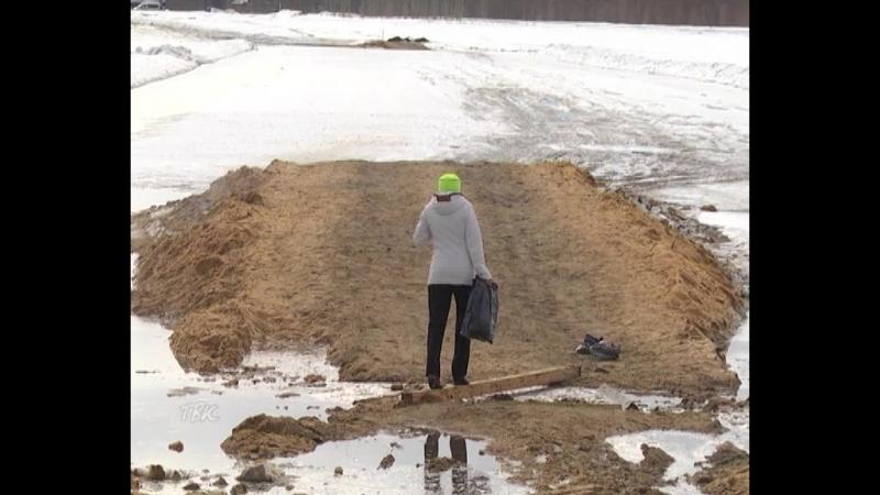 Несмотря на запрет и риск для жизни, колпашевцы продолжают выходить на опасный лёд Оби